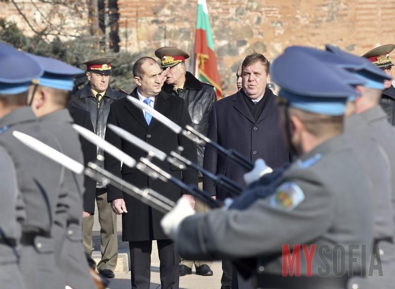 Представителни части минават покрай Президента и военния министър
