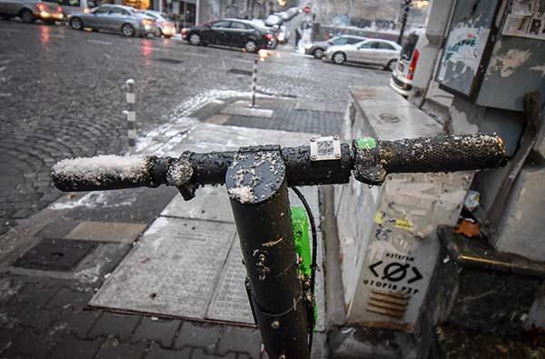 сняг и тротинетки lime