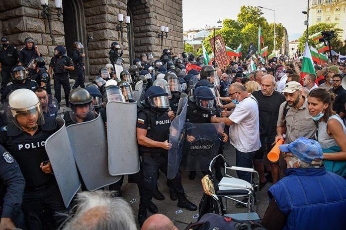 ранени-полицаи-протест
