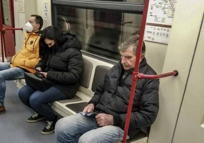 grazdanin-bez-maska-v-metroto